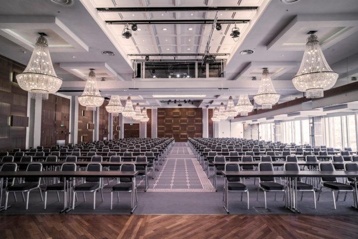Sonja Henie salen har 16 ikoniske lysekroner i krystall og plass til 110...